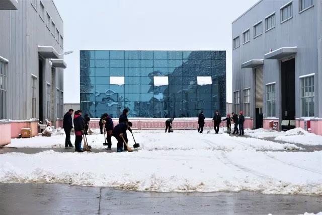大雪覆盖道路,员工合力铲雪