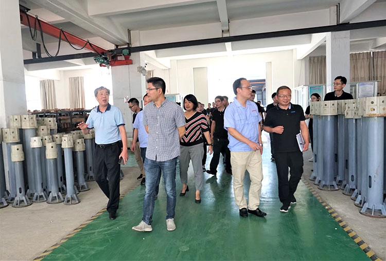 宙斯泵业董事长蒋龙福先生陪同讲解