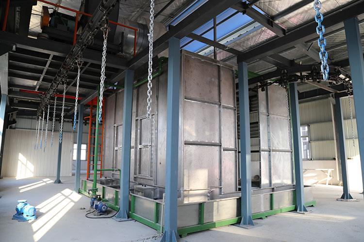 油漆房中噴漆完畢的水泵通過旋轉移動到外面進行晾干